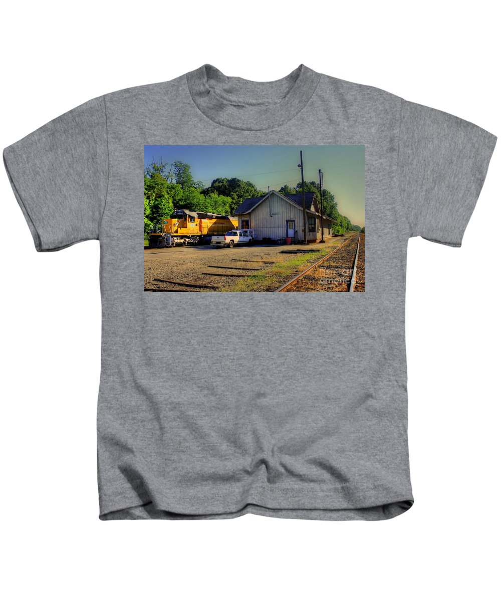 Reid Callaway Train And Track Kids T-Shirt featuring the photograph Madison Georgia Historic Train Station by Reid Callaway