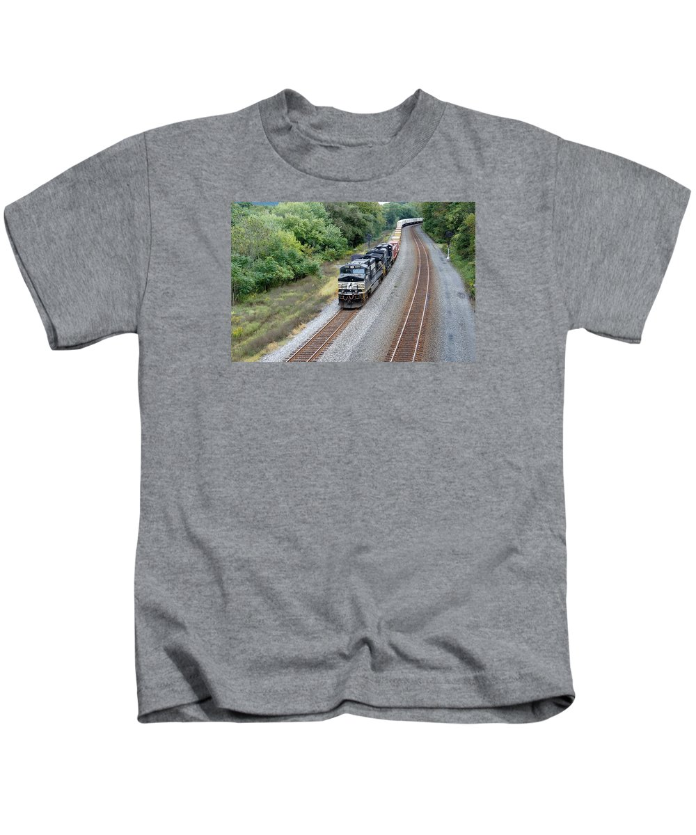 Norfolk And Southern Intermodal Ns 9629 Thompsonton Kids T-Shirt featuring the photograph Ns 9629 Lead Intermodal by Bradley Dixon