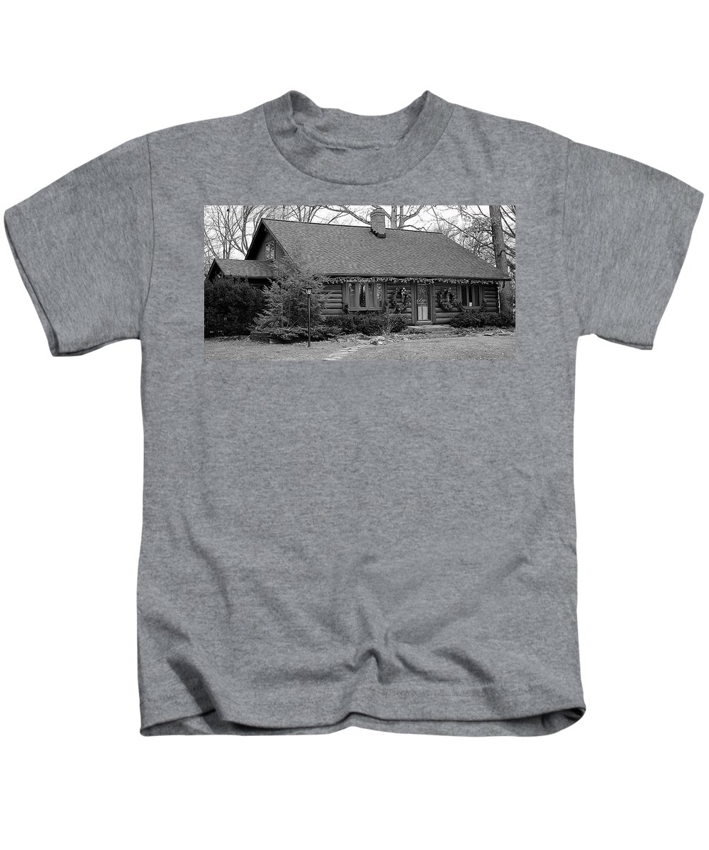 Cabin Kids T-Shirt featuring the photograph Scenic Cabin by Frozen in Time Fine Art Photography
