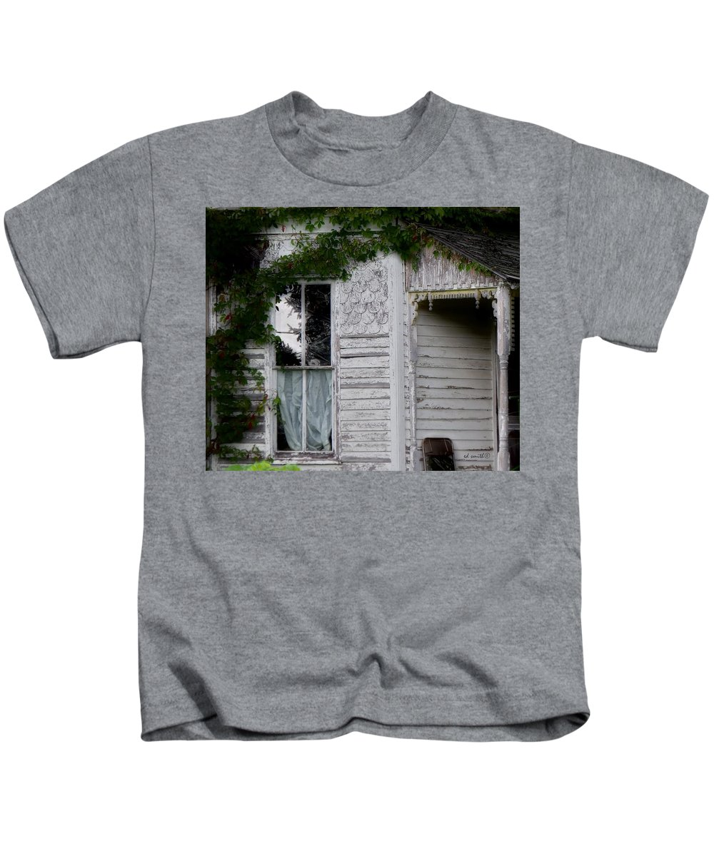 Guest House Kids T-Shirt featuring the photograph Guest House by Ed Smith