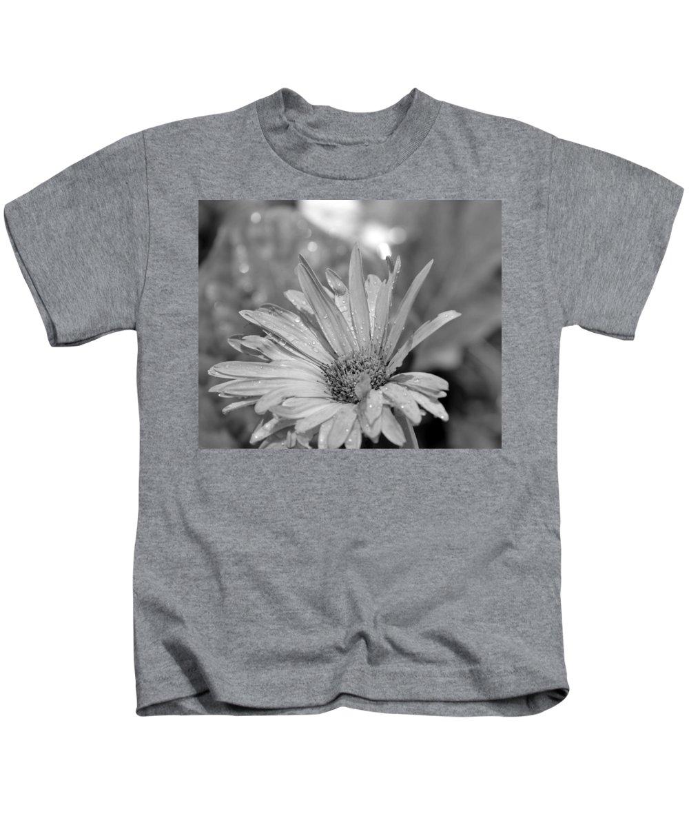 Raindrops Kids T-Shirt featuring the photograph Raindrops On Daisy by Maria Urso