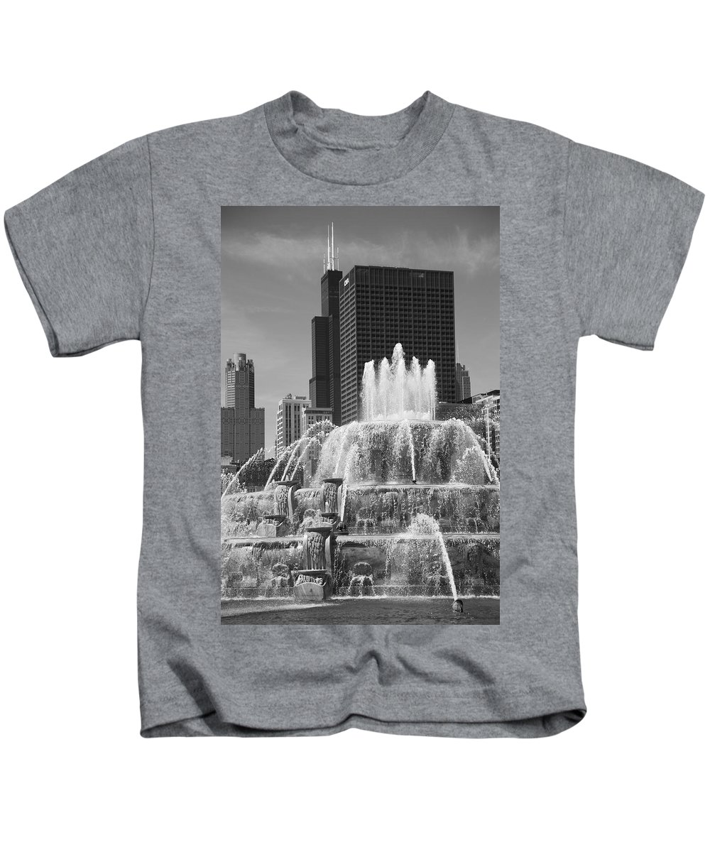 America Kids T-Shirt featuring the photograph Chicago Skyline And Buckingham Fountain by Frank Romeo