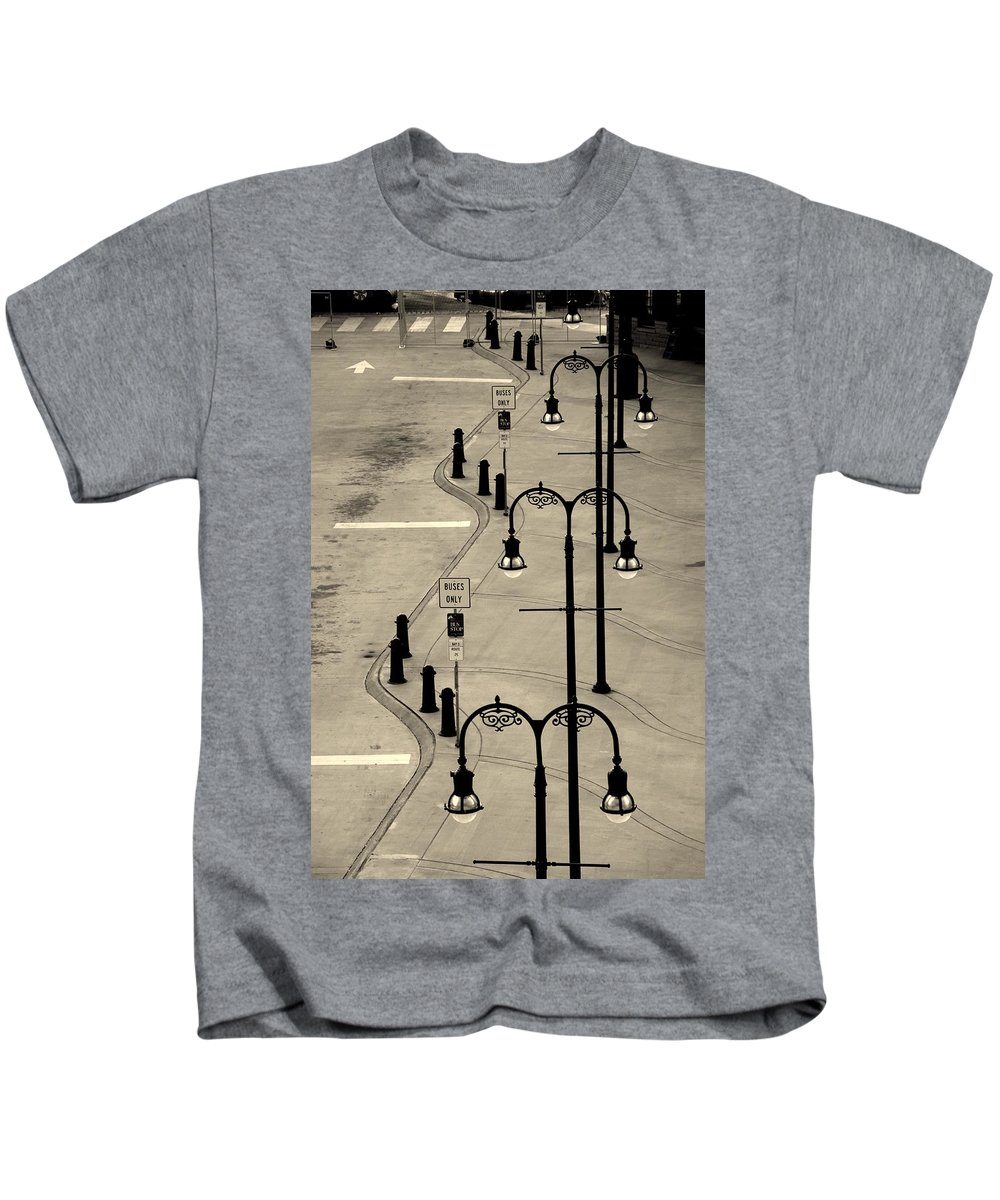 Bus Stop Kids T-Shirt featuring the photograph Bus Stop In Nashville Tn by Susanne Van Hulst