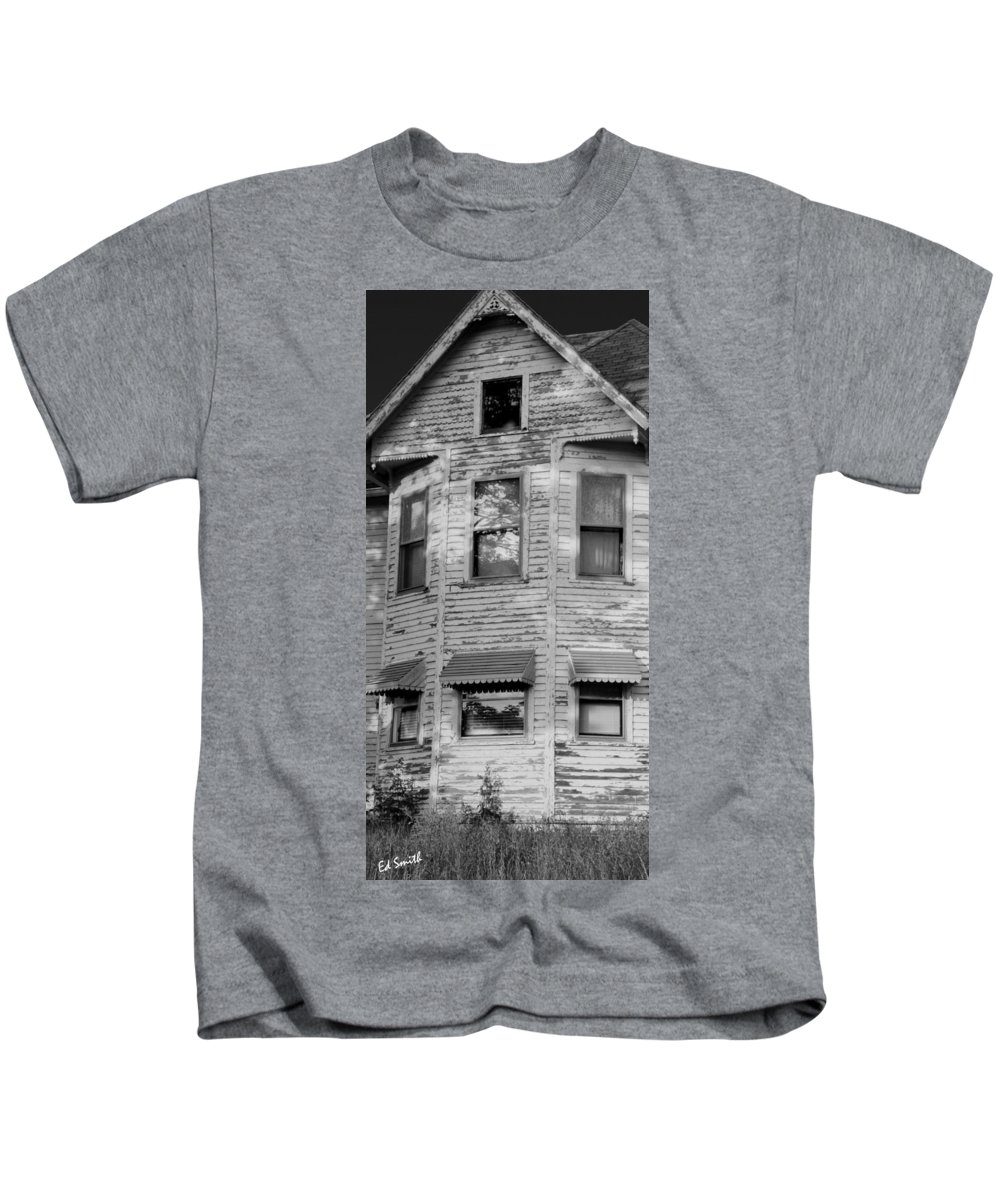 This Old House Kids T-Shirt featuring the photograph This Old House by Ed Smith