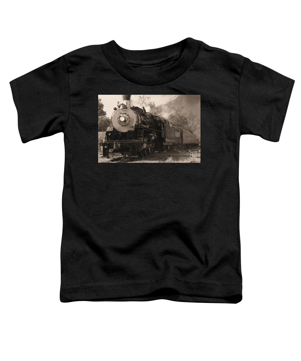 Trains Toddler T-Shirt featuring the photograph Coming Around The Mountain by Richard Rizzo