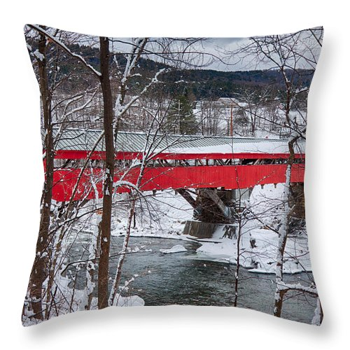 New England Covered Bridge Throw Pillow featuring the photograph Taftsville Covered Bridge by Jeff Folger