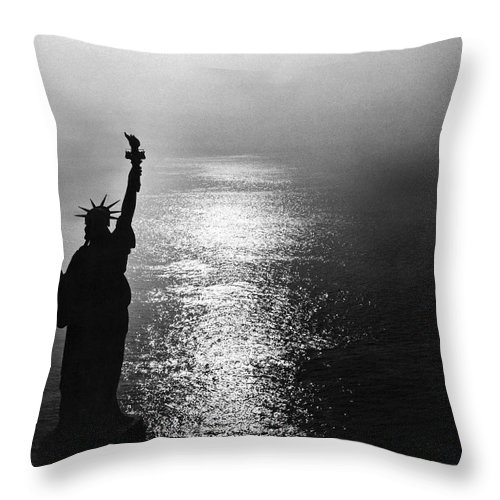 1950's Throw Pillow featuring the photograph The Statue Of Liberty by Underwood Archives