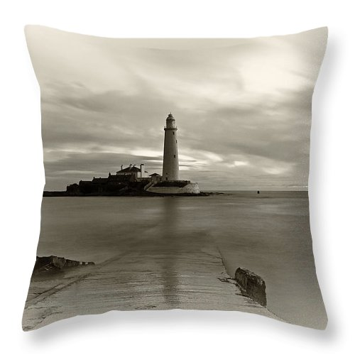 St Marys Throw Pillow featuring the photograph St Marys Lighthouse by David Pringle