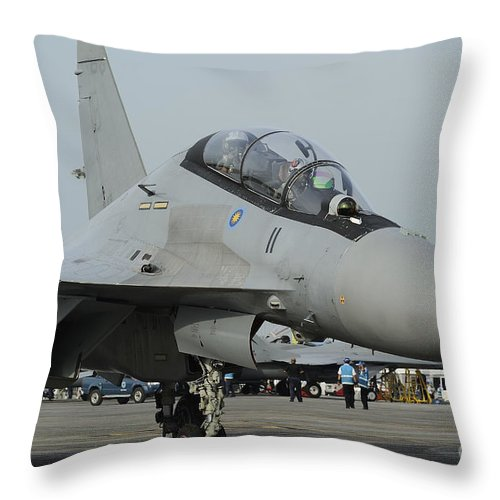 Horizontal Throw Pillow featuring the photograph A Sukhoi Su-30mkm Of The Royal by Remo Guidi