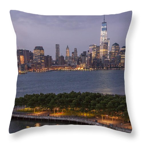 America Throw Pillow featuring the photograph Manhattan Sunrise by Richard Nowitz