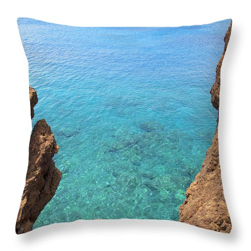 Amazing Throw Pillow featuring the photograph La Perouse Bay by Jenna Szerlag