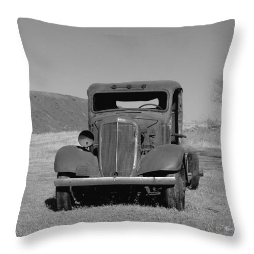 Cars Throw Pillow featuring the photograph A North Dakota Carriage by Jeff Swan