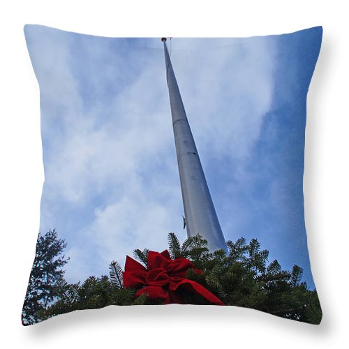 Heroes Throw Pillow featuring the photograph A Wreath For Our Heroes by Mick Anderson