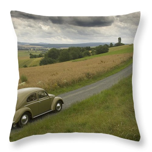 Automobil Throw Pillow featuring the photograph Classic Beetle 12 by Stefan Bau