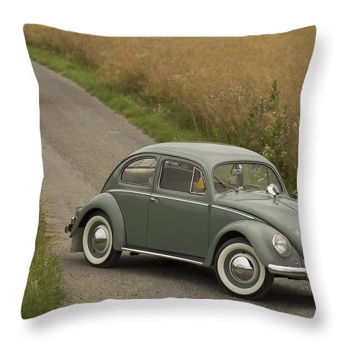 Automobil Throw Pillow featuring the photograph Classic Beetle 2 by Stefan Bau