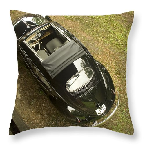 Automobil Throw Pillow featuring the photograph Classic Beetle 6 by Stefan Bau