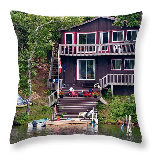 Cottage Throw Pillow featuring the photograph Cottage On The Water by Les Palenik