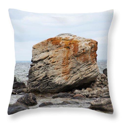 Gneiss Throw Pillow featuring the photograph Georgian Bay Gneiss by Elaine Mikkelstrup