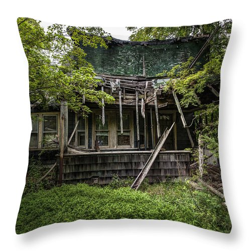 Abandoned House Throw Pillow featuring the photograph It Was Once Christmas Here by Gary Heller