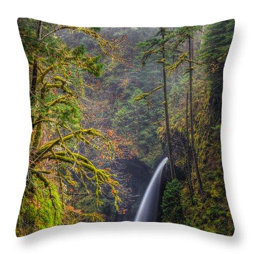 Columbia River Gorge Throw Pillow featuring the photograph Metlako Falls Oregon by Matt Hoffmann