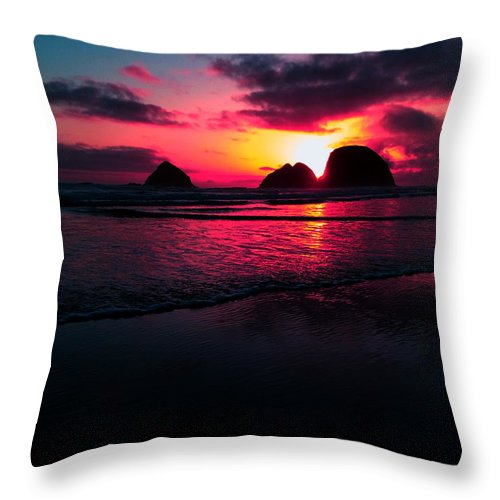Oregon Throw Pillow featuring the photograph Red Surf by Douglas Berg