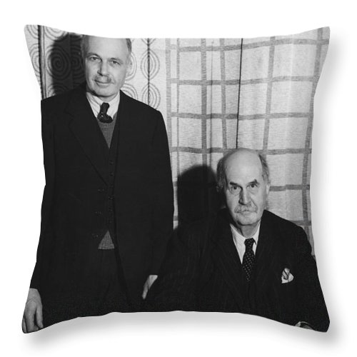 History Throw Pillow featuring the photograph Sirs William And Lawrence Bragg by Omikron