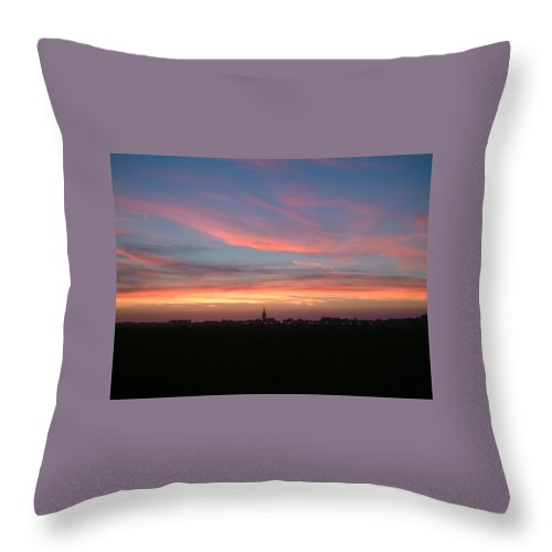 Natuur Throw Pillow featuring the photograph Skyline by Ton Bocxe