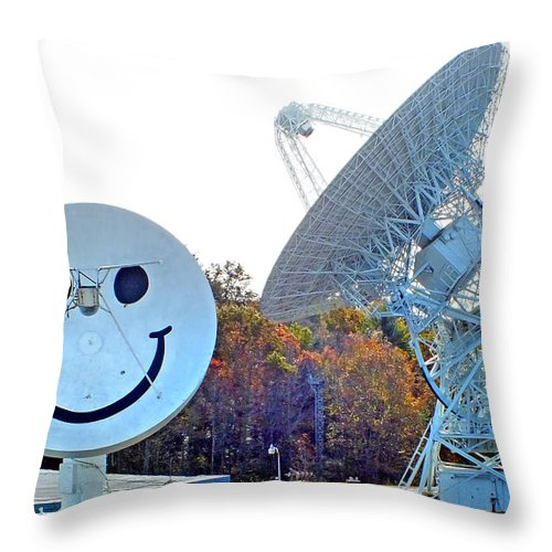 Duane Mccullough Throw Pillow featuring the photograph Smiley And 26 West Antennas by Duane McCullough