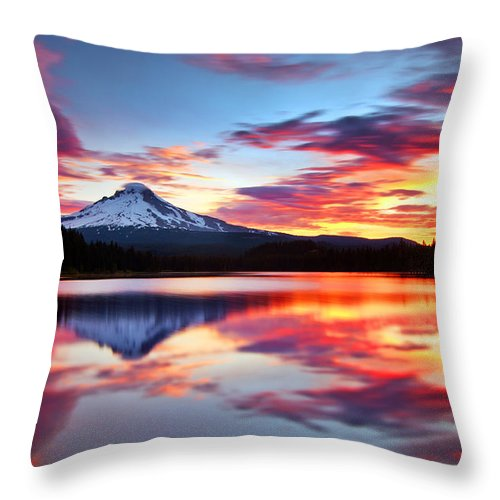 Mount Hood Throw Pillow featuring the photograph Sunrise On The Lake by Darren White