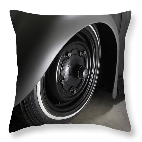 1/4 Mile Throw Pillow featuring the photograph Top Chop 5 by Stefan Bau