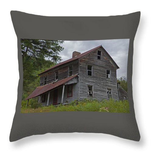 Abandoned Farmhouse Throw Pillow featuring the photograph Abandoned Homestead by John Stephens