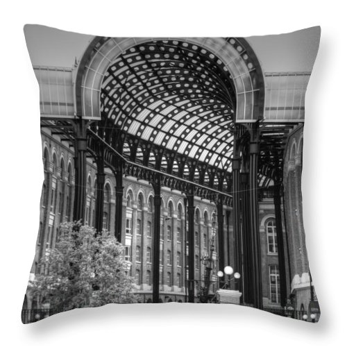 Hays Galleria Throw Pillow featuring the photograph Hays Galleria London by David French