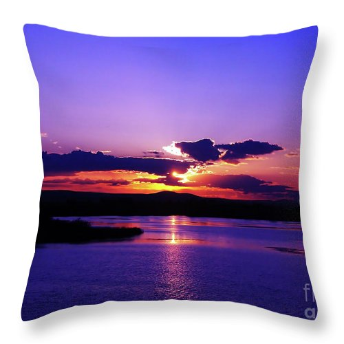 Sunset Throw Pillow featuring the photograph Sunset On Snake River by Patricia Betts