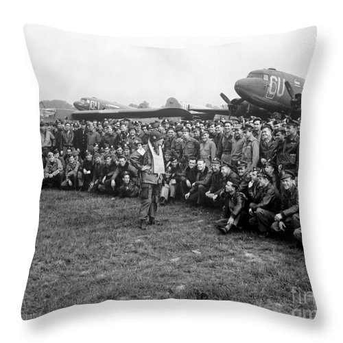 Horizontal Throw Pillow featuring the photograph Wwii Artillery Commander Gives Pilots by Stocktrek Images