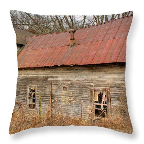 Farmhouse Throw Pillow featuring the photograph Abandoned Farmhouse In Kentucky by Douglas Barnett