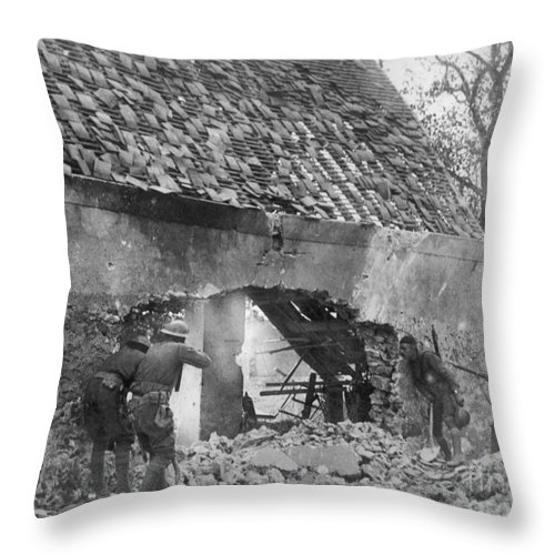 1918 Throw Pillow featuring the photograph World War I: U.s. Troops by Granger