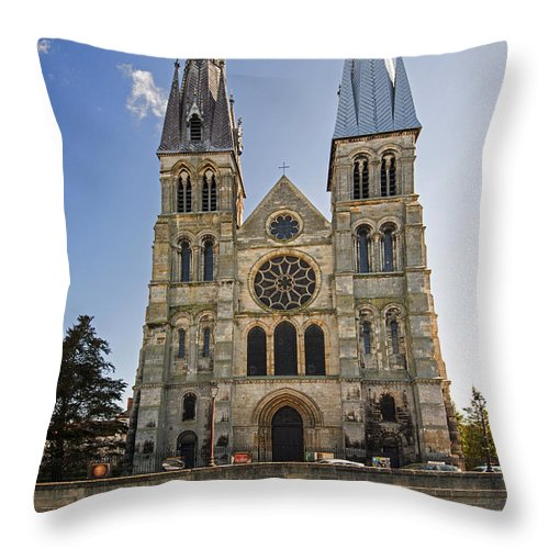 Eglise Notre-dame-en-vaux Throw Pillow featuring the photograph Eglise Notre - Dame En Vaux by Yefim Bam