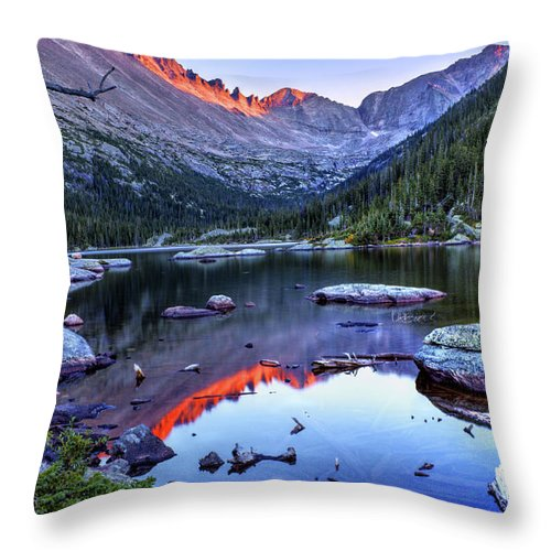 Longs Peak Throw Pillow featuring the photograph Alpenglow by Lesley Prentice
