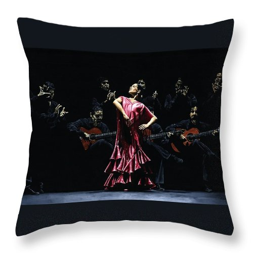 Flamenco Throw Pillow featuring the painting Bailarina Orgullosa del Flamenco by Richard Young