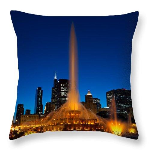 Chicago Throw Pillow featuring the photograph Buckingham Fountain Nightlight Chicago by Steve Gadomski