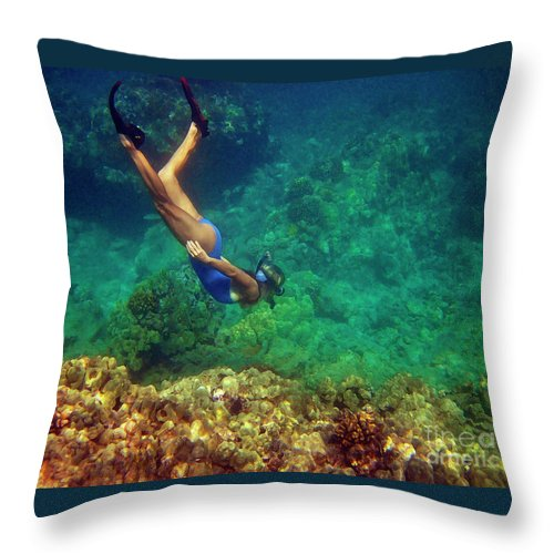 Underwater Hawaii Throw Pillow featuring the photograph Diving For Shells by Bette Phelan