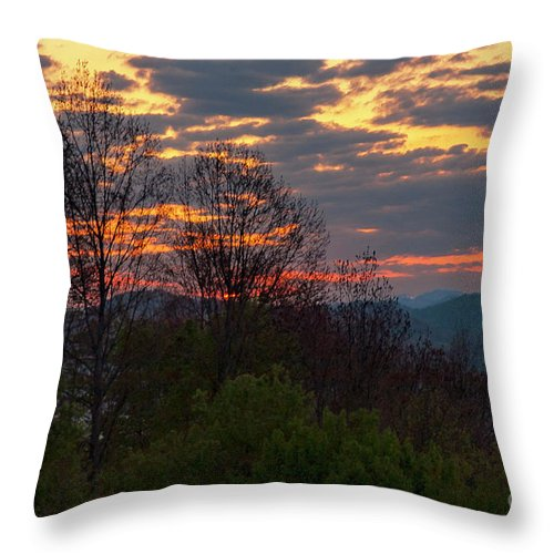 Foothills Parkway Throw Pillow featuring the photograph Foothills Parkway Dawn by Bob Phillips