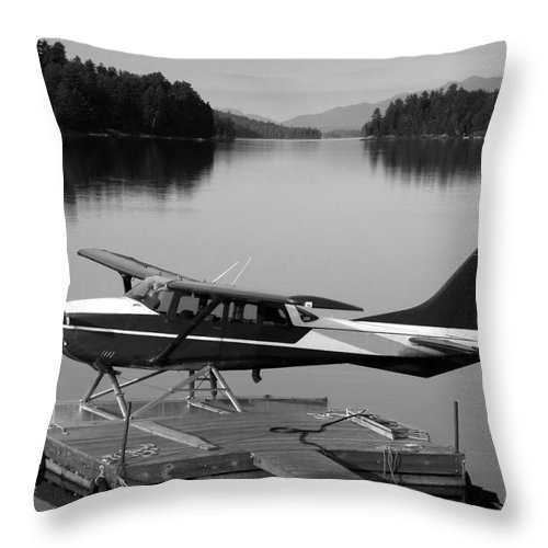 Float Plane Throw Pillow featuring the photograph Getting Away by David Lee Thompson