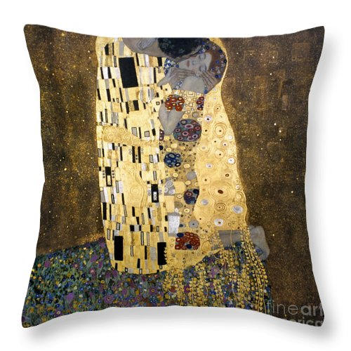 1907 Throw Pillow featuring the photograph Klimt: The Kiss, 1907-08 by Granger