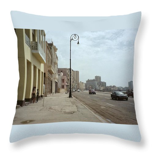 Quin Sweetman Throw Pillow featuring the photograph Malecon En Havana by Quin Sweetman