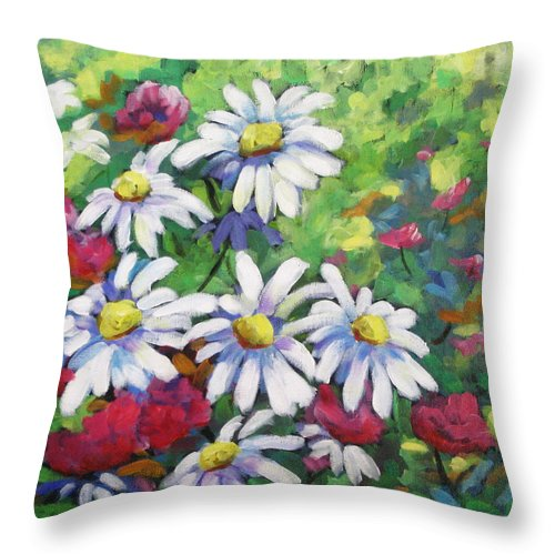 Fleurs Throw Pillow featuring the painting Marguerites 001 by Richard T Pranke
