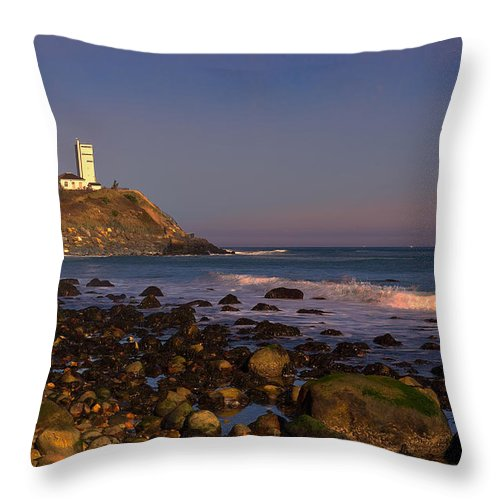 Montauk Throw Pillow featuring the photograph Montauk Lighthouse by William Jobes