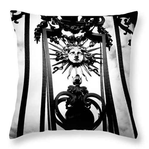 London Throw Pillow featuring the photograph Palace Gate by Amanda Barcon