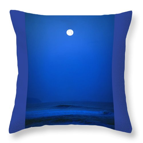 Polihale Beach Throw Pillow featuring the photograph Polihale Moon by Kevin Smith