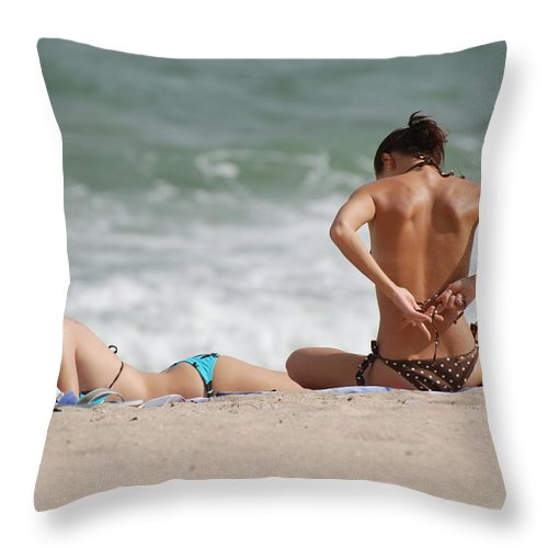 Sea Scape Throw Pillow featuring the photograph Reading And Bow Tie by Rob Hans
